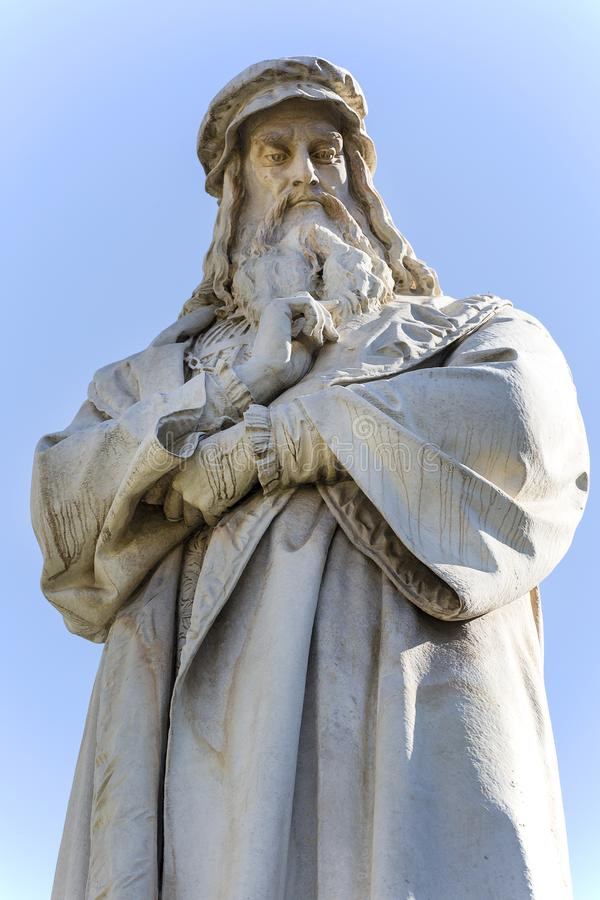 Estátua de Leonardo da Vinci no della Scala da praça, Milão, Itália imagem de stock royalty free