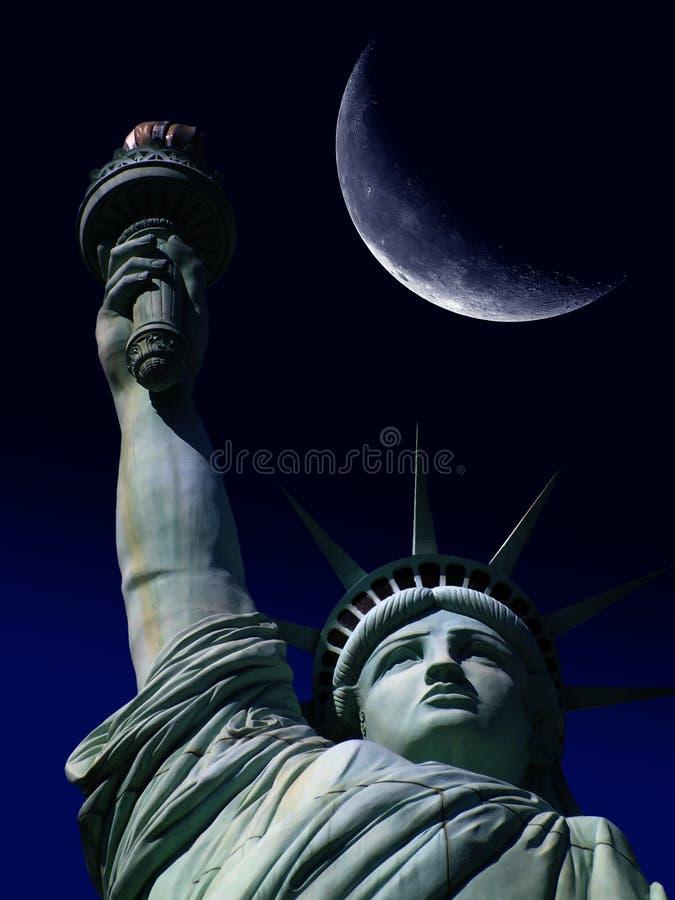 Estátua de liberdade com grande lua foto de stock