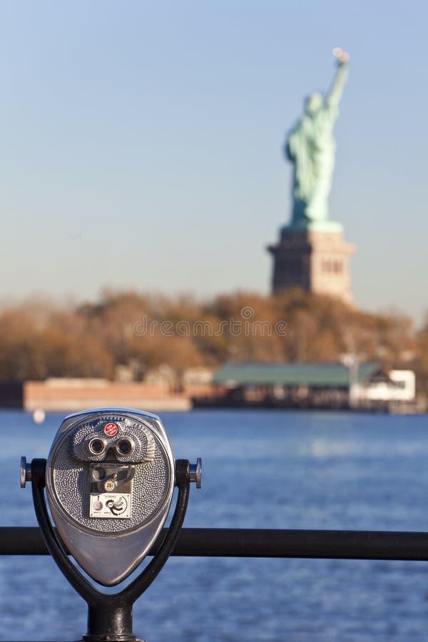 A estátua de liberdade e de binóculos New York City imagens de stock royalty free