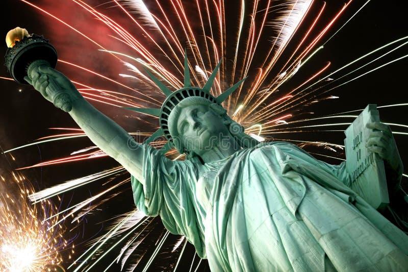 Estátua de liberdade e de fogos-de-artifício fotografia de stock royalty free