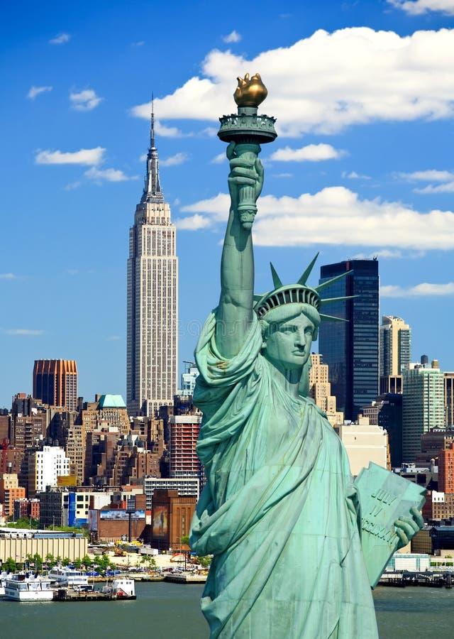 A estátua de liberdade e de Manhattan foto de stock royalty free