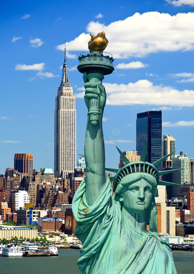 A estátua de liberdade e de Manhattan fotos de stock royalty free