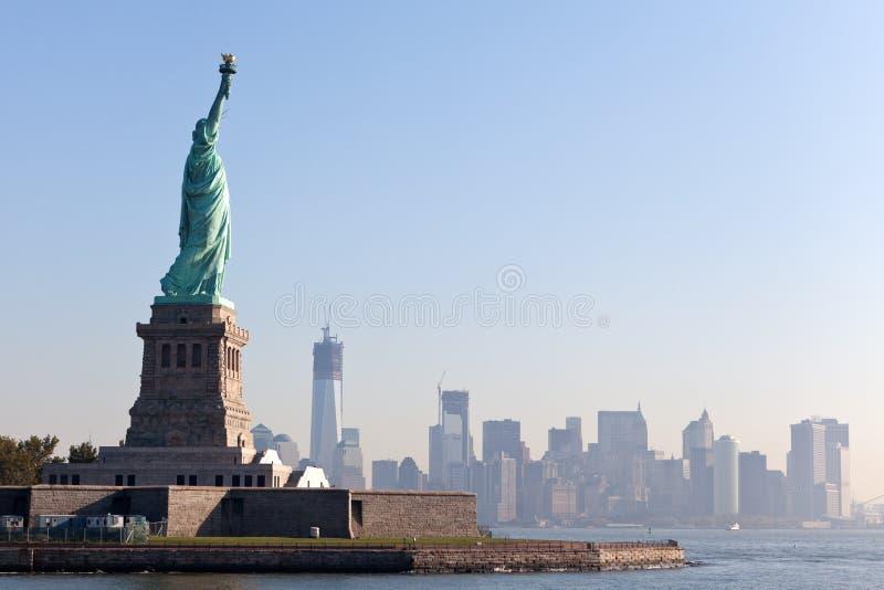 A estátua de liberdade e de New York City imagem de stock royalty free