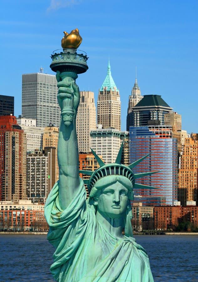A estátua de liberdade e de skyline de Manhattan imagens de stock royalty free