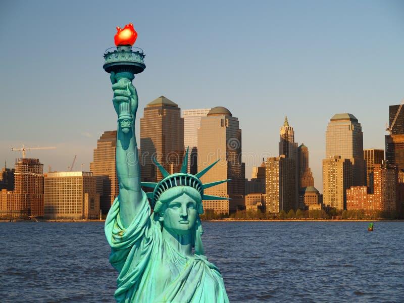 A estátua de liberdade e de skyline de NYC fotografia de stock royalty free