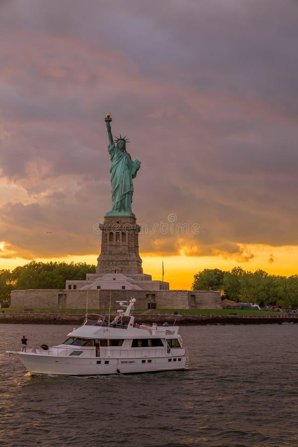 Estátua de liberdade no porto de New York foto de stock