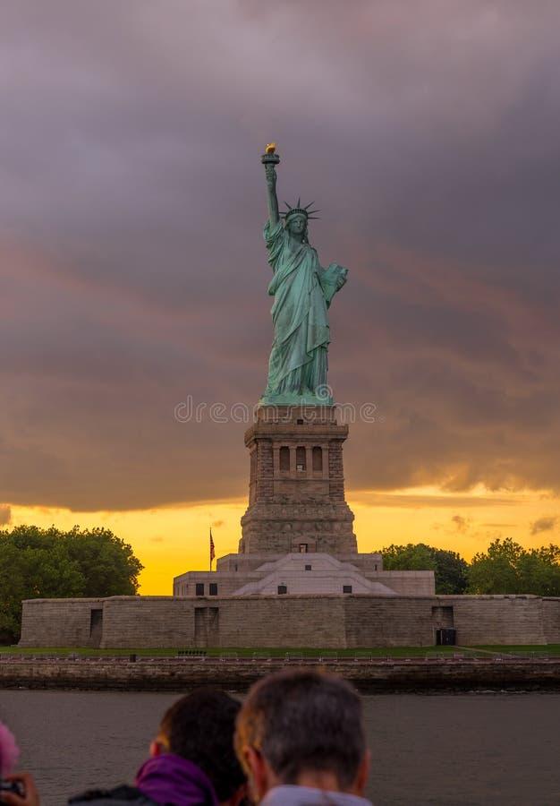 Estátua de liberdade no porto de New York fotos de stock royalty free