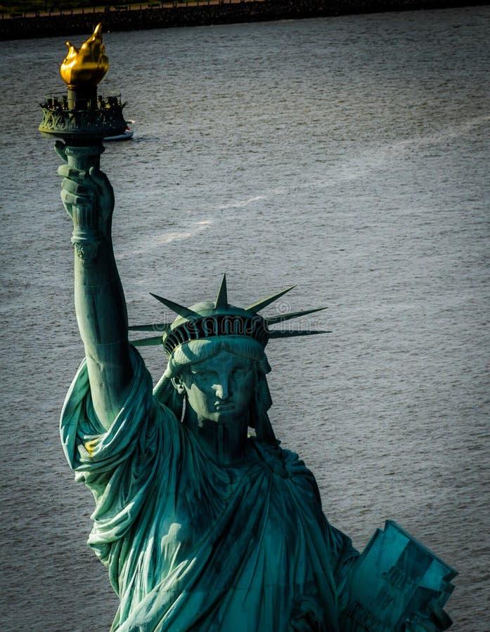 Estátua de liberdade & de por do sol de New York City foto de stock royalty free