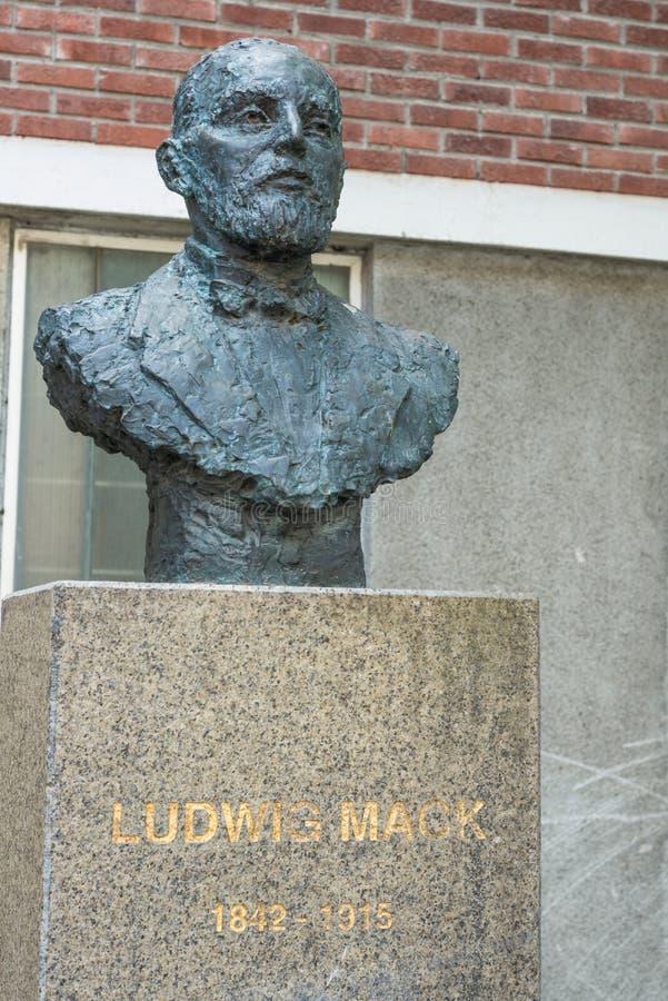 Estátua de Ludwig Mack em Tromso, Noruega imagens de stock