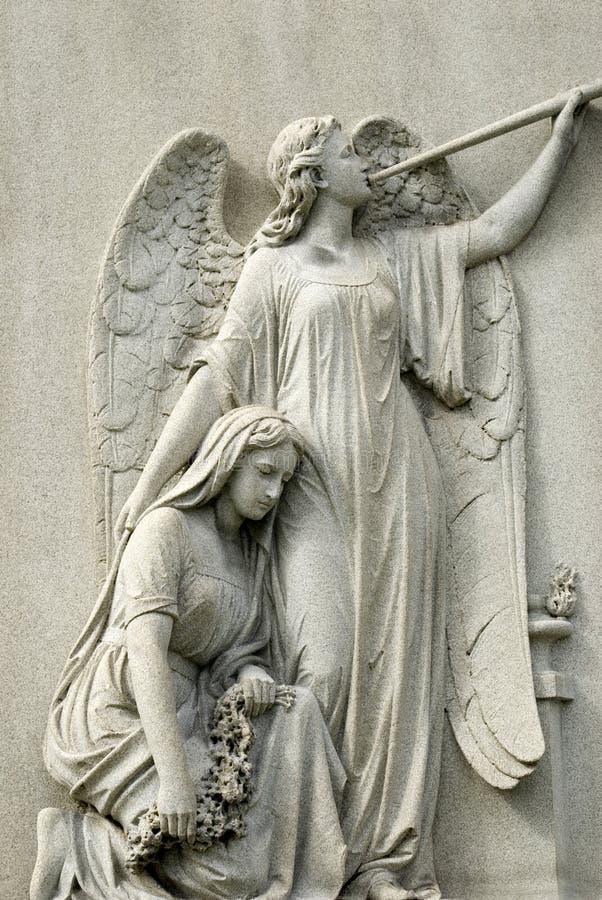 Estátua de mármore da mulher de lamentação e do anjo foto de stock royalty free