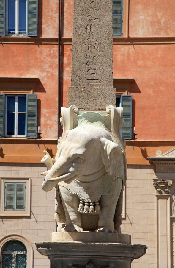 Estátua de mármore do elefante por Bernini com o obelisco egípcio em Roma, fotografia de stock royalty free