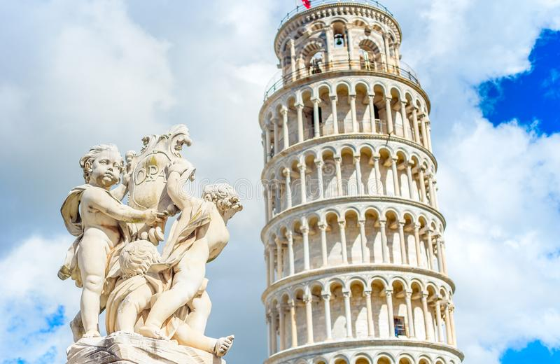 Estátua de mármore na frente da torre inclinada de Pisa no quadrado dos milagre, Toscânia de Miracoli do dei da praça, Itália foto de stock royalty free