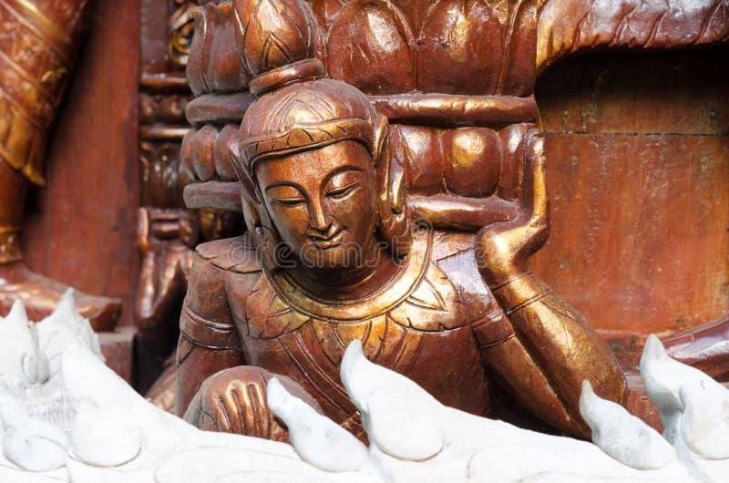 Estátua de madeira do anjo no templo foto de stock