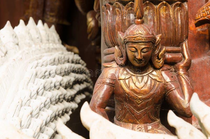 Estátua de madeira do anjo no templo fotos de stock royalty free