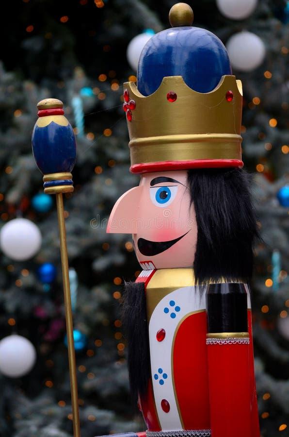 Estátua de madeira do príncipe da quebra-nozes na insígnia real colorida da história do conto de fadas do Natal imagens de stock royalty free