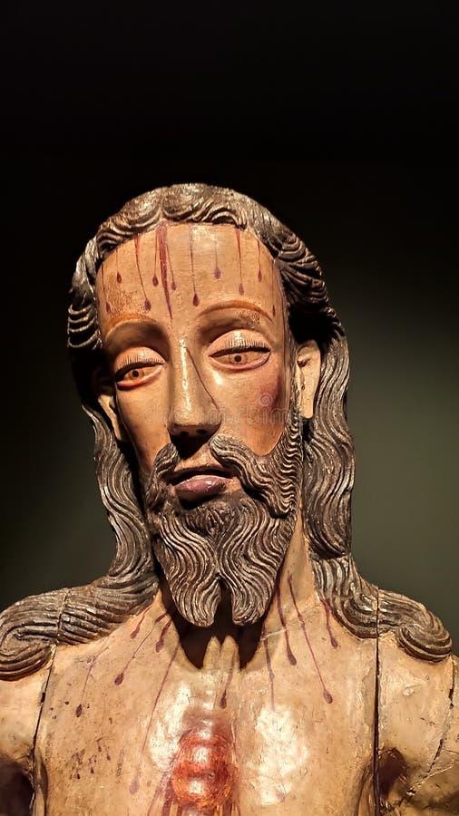 Estátua de madeira de Jesus Christ com gotejamento do sangue fotos de stock royalty free