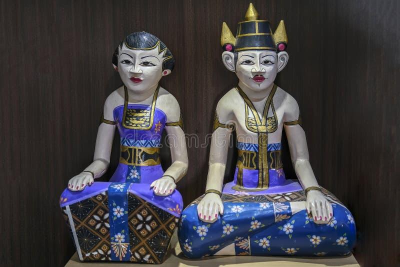 A estátua de madeira de Loro Blonyo imagens de stock royalty free