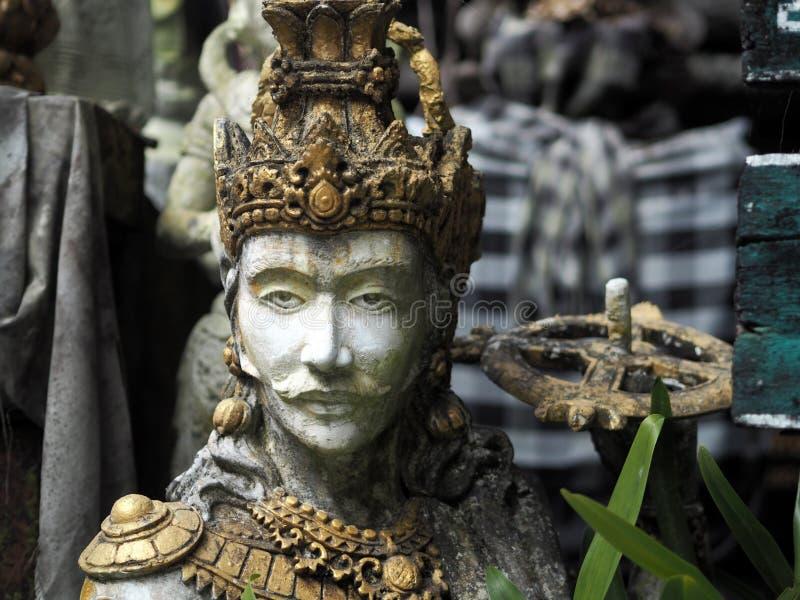 Estátua de madeira pintada bonita de um guerreiro em um templo em Bali, Indonésia imagem de stock