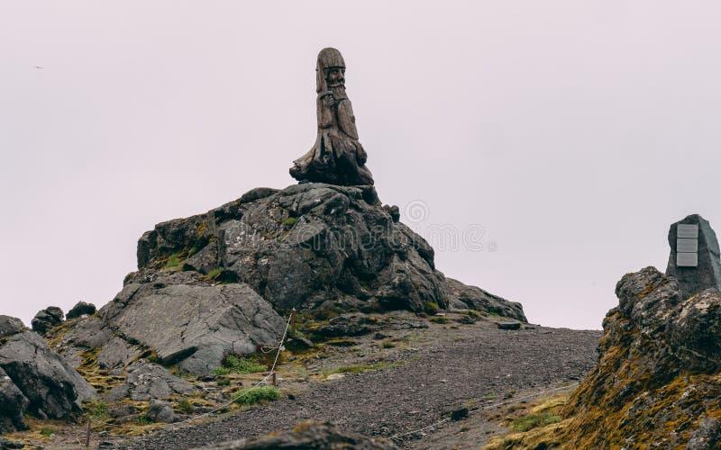 Estátua de madeira de Viking que está em uma rocha em Islândia imagem de stock
