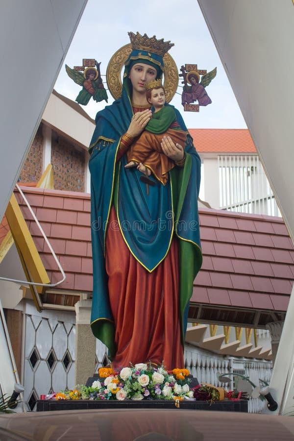 A estátua de Madonna com a criança na frente da igreja fotografia de stock royalty free