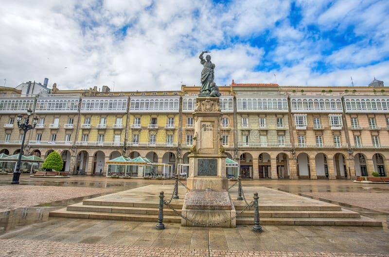 Estátua de Maria Pita no quadrado no ponto de férias popular de Maria Pita entre locals e turistas, um Coruna, Espanha fotografia de stock royalty free