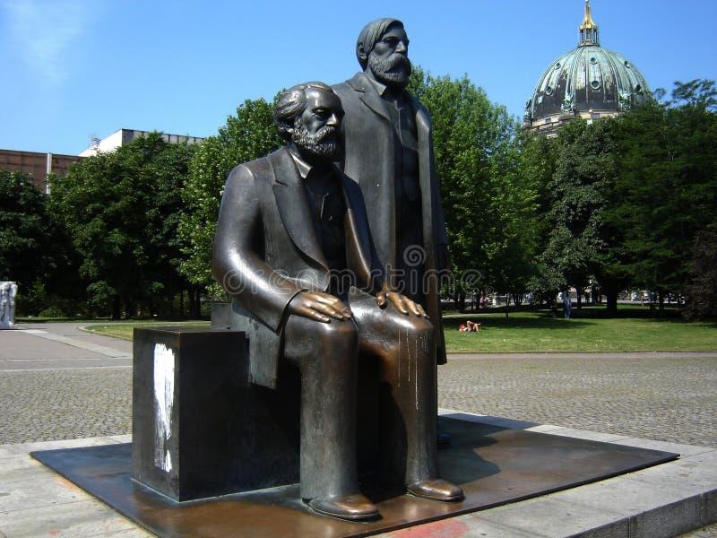 Estátua de Marx e de Engels imagem de stock