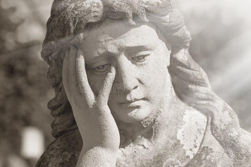 Estátua de Mary de Virgin Escultura do vintage da mulher triste no sofrimento Rel imagem de stock royalty free