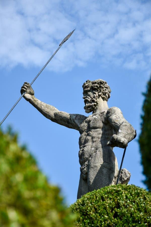 Estátua de Netuno com uma mão levantada que guarda um tridente, no g imagens de stock royalty free