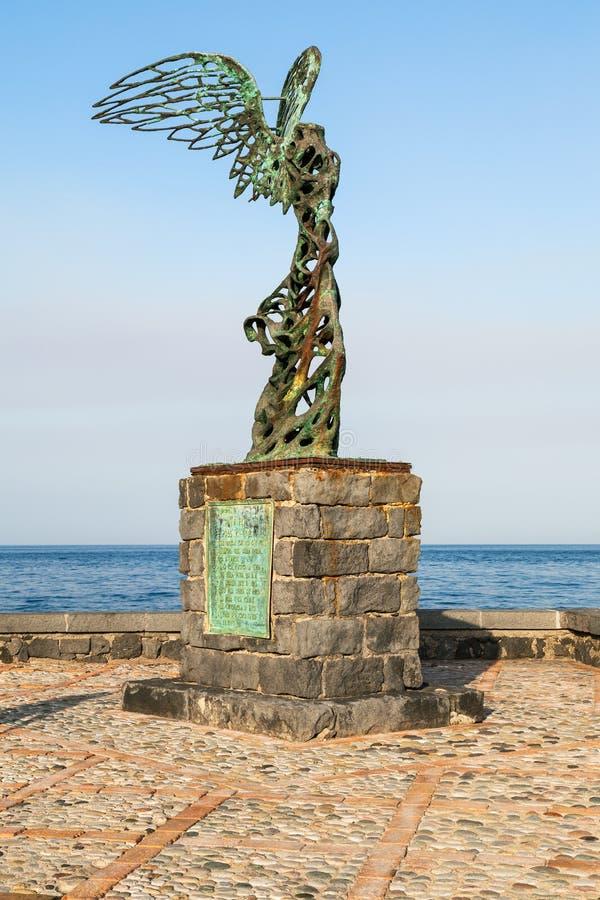 Estátua de Nike na margem na cidade de Giardini Naxos imagens de stock royalty free