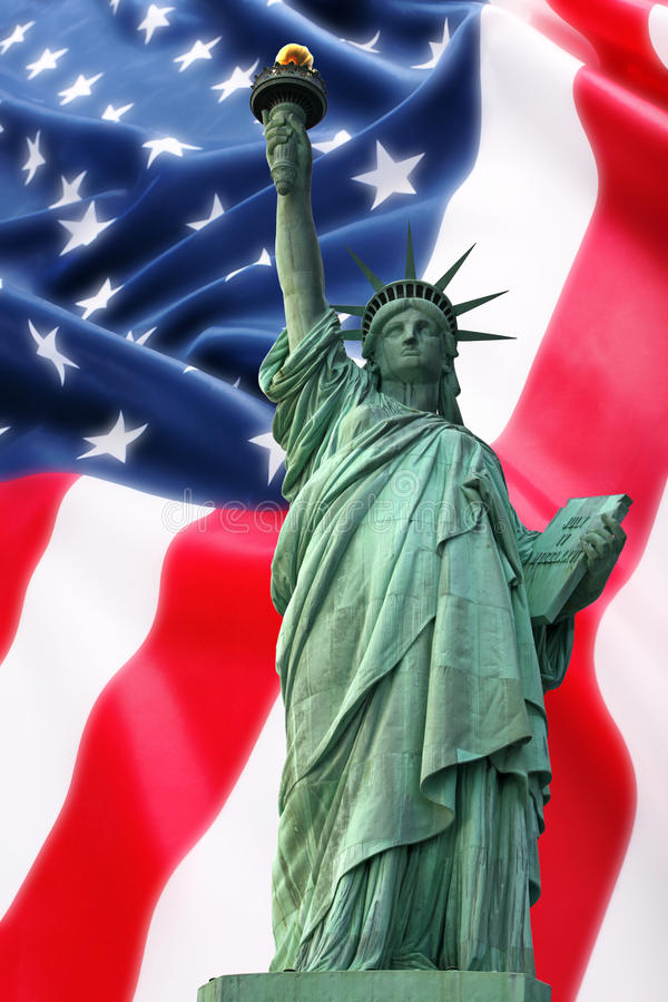 Estátua de NY de liberdade de encontro à bandeira de América imagem de stock royalty free