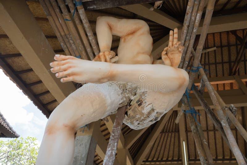 """Estátua de Ogoh Ogoh que está sendo criada por aldeões de Bali do hindu à vista da noite de Pengrupukan € de Bali, Indonésia """"9  fotografia de stock royalty free"""