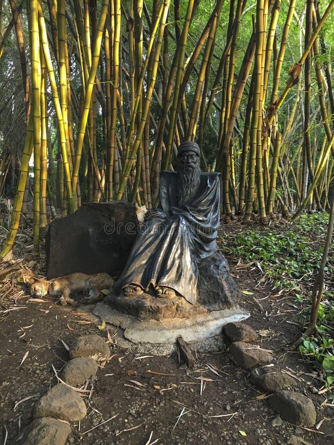 Estátua de Osho no parque bonito de OSHO Teerth na Índia de Pune imagem de stock