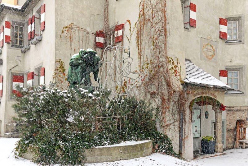 A estátua de Ottoburg na queda de neve durante o inverno em Innsbruck, Áustria imagem de stock royalty free