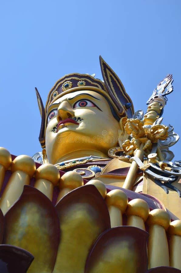 Estátua de Padmasambhava em Rewalsar fotografia de stock
