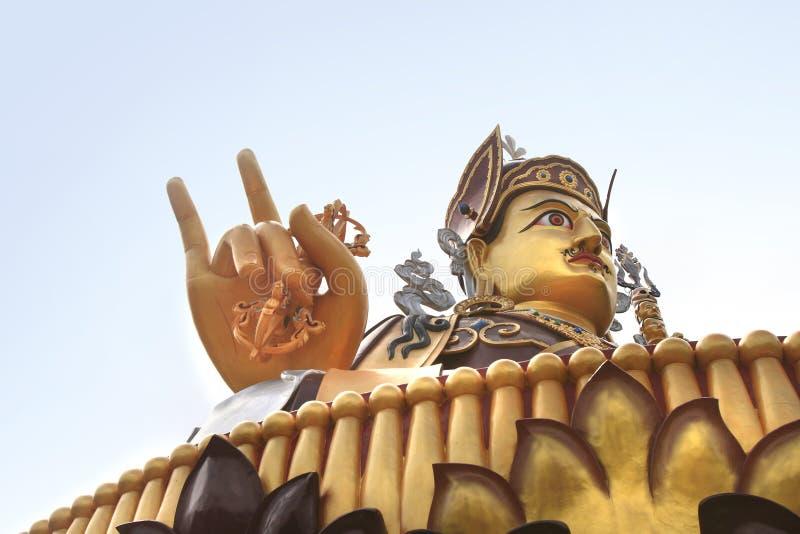Estátua de Padmasambhava perto do lago Rewalsar (Tso Pema Lotus) na cidade de Rewalsar, Índia fotografia de stock royalty free