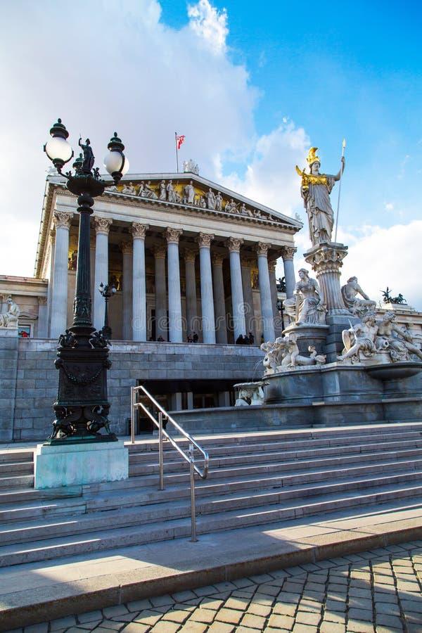 Estátua de Pallas Athena na frente do austríaco imagem de stock royalty free