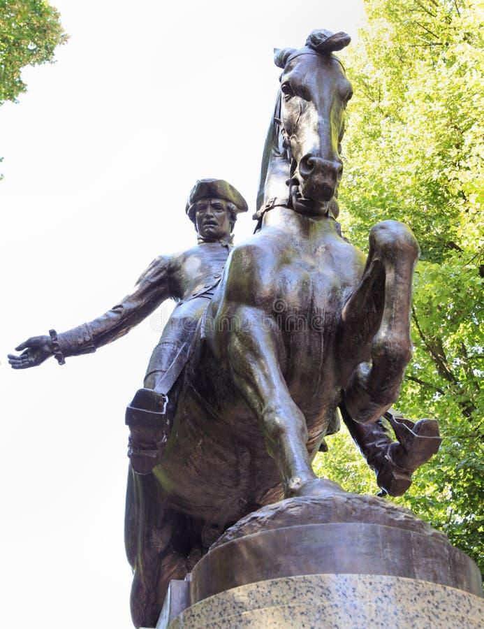 Estátua de Paul Revere na caminhada histórica do turista da fuga da liberdade de Boston fotografia de stock