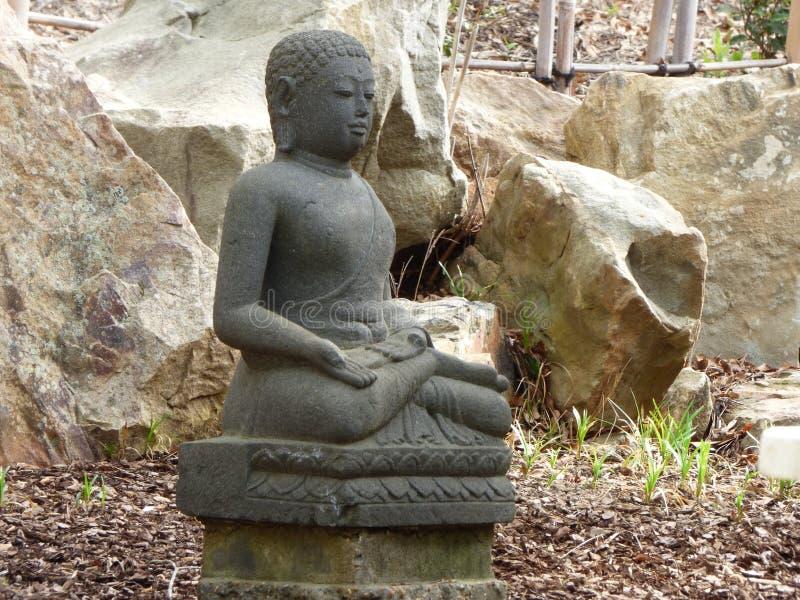 Est?tua de pedra da Buda no jardim japon?s fotografia de stock