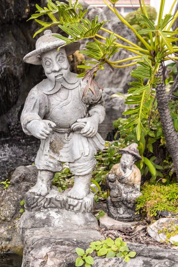 Estátua de pedra em Wat Phra Kaew, templo de Emerald Buddha, palácio grande, Banguecoque, Tailândia imagens de stock