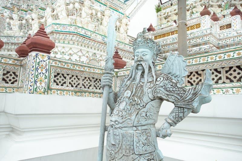 Estátua de pedra gigante chinesa em Wat Arun, Banguecoque, Tailândia imagens de stock royalty free