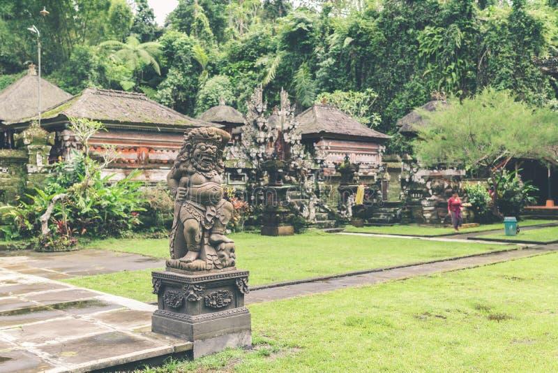 Estátua de pedra hindu no templo do balinese Ilha tropical de Bali, Indonésia fotos de stock