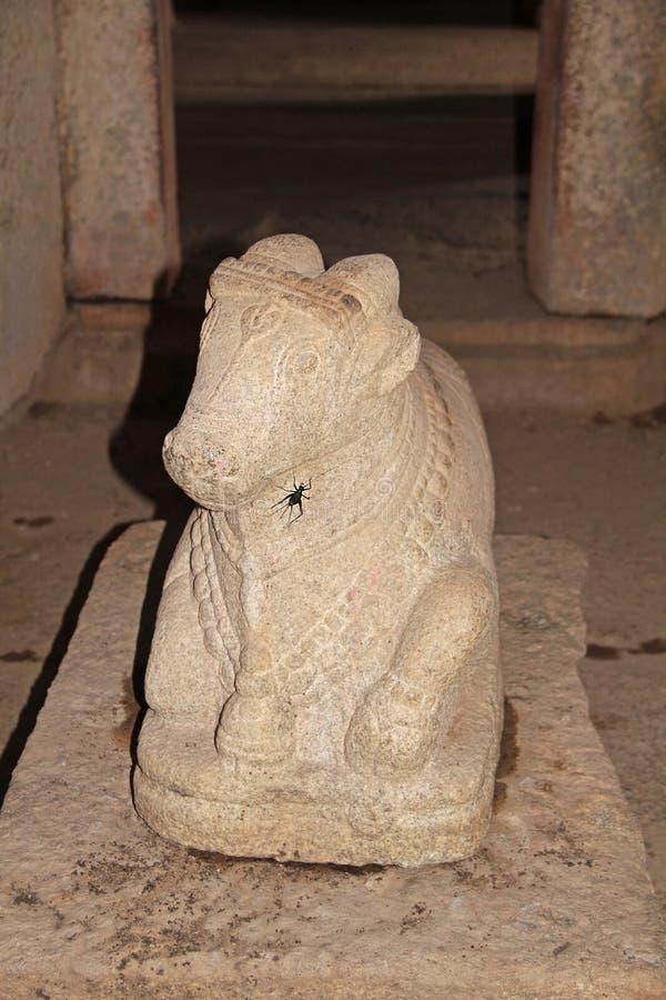 Estátua de pedra no monte complexo de Hemakuta do templo em Hampi, Karnataka, Índia imagem de stock royalty free
