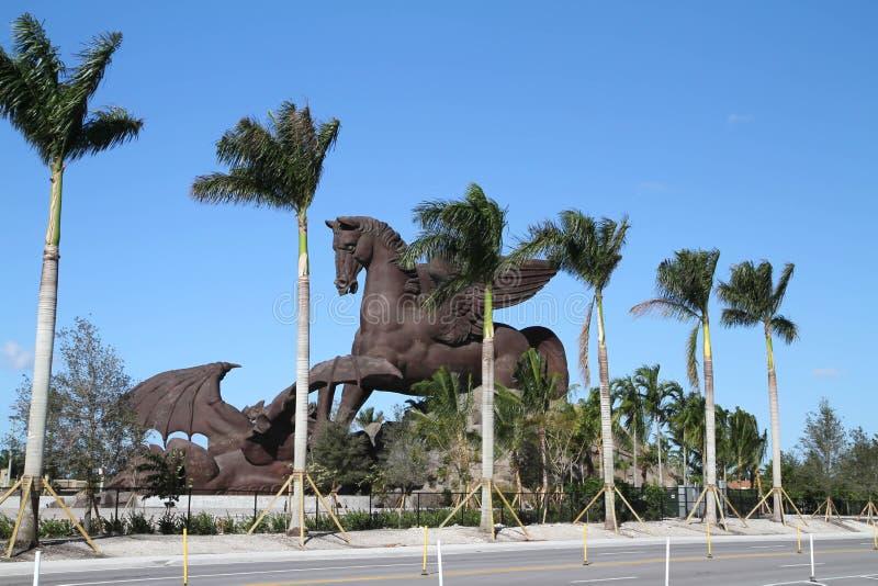 Estátua de Pegasus do gigante em Gulfstream Park fotografia de stock