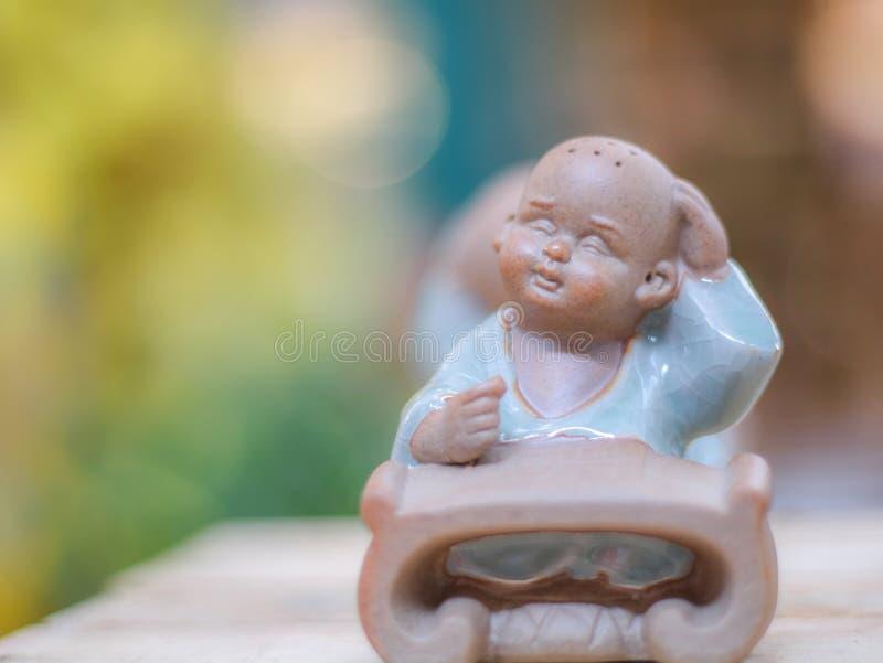 Estátua de pensamento do principiante no tiro do close-up imagem de stock royalty free