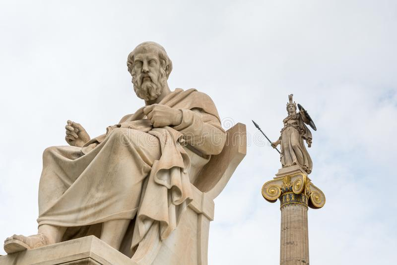 Estátua de Plato e deusa Athena contra o céu nebuloso, Atenas, Grécia fotografia de stock royalty free