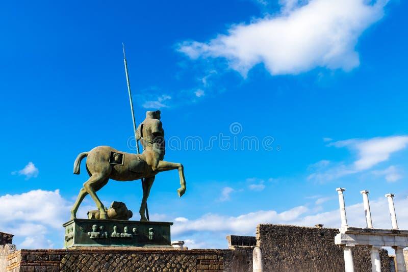 Estátua de Pompeii de ruínas romanas antigas da cidade do centauro destruída pelo vulcão do Vesúvio fotografia de stock