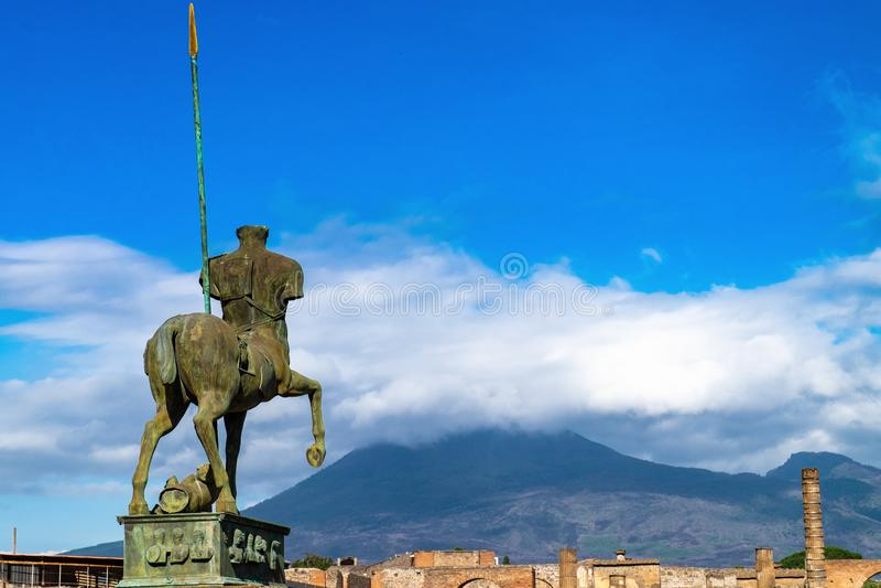 Estátua de Pompeii de ruínas romanas antigas da cidade do centauro destruída pelo vulcão do Vesúvio foto de stock