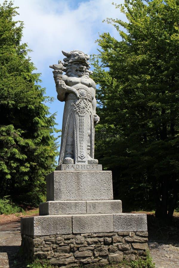 Estátua de & x22; Radegast& x22; & x28; deus do mythology& eslavo x29; em um ¡ Å¥ de RadhoÅ da montanha de Moravian fotos de stock royalty free
