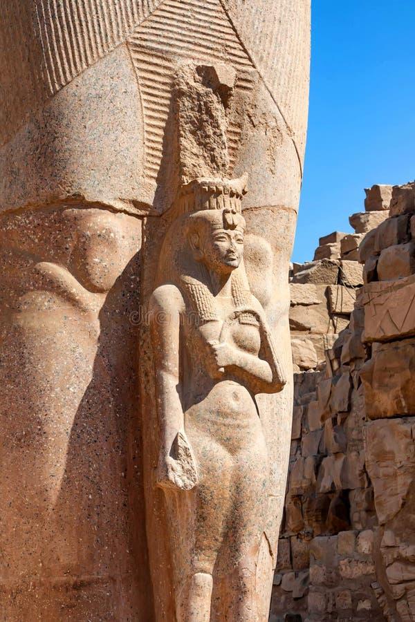 Estátua de Ramses II com esposa Nefertari em Luxor imagem de stock royalty free