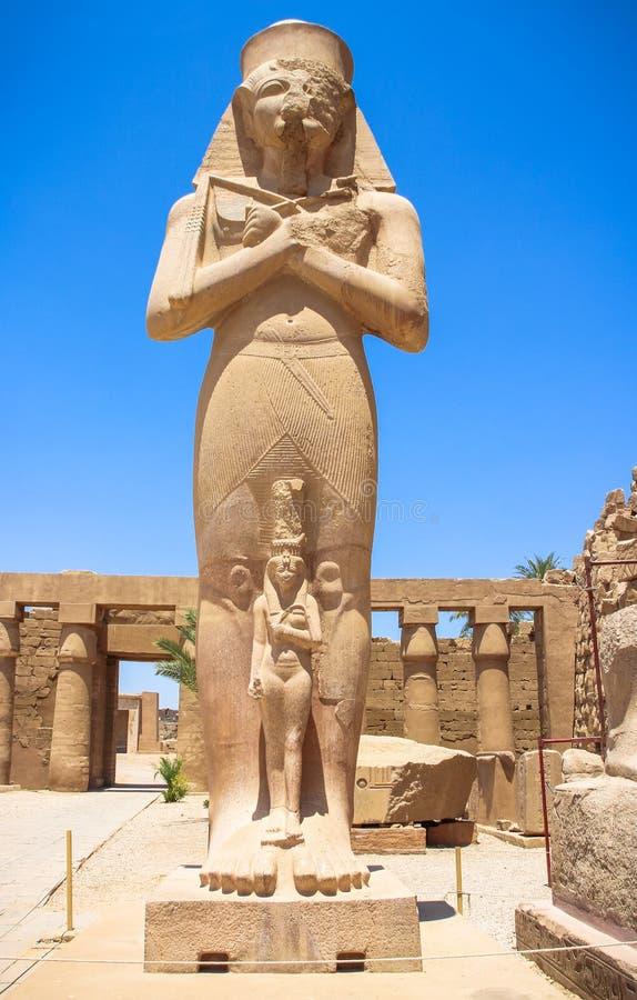 Estátua de Ramses II com seu Mérito-Amon da filha no templo do Amun-RA (o templo de Karnak em Luxor) imagens de stock